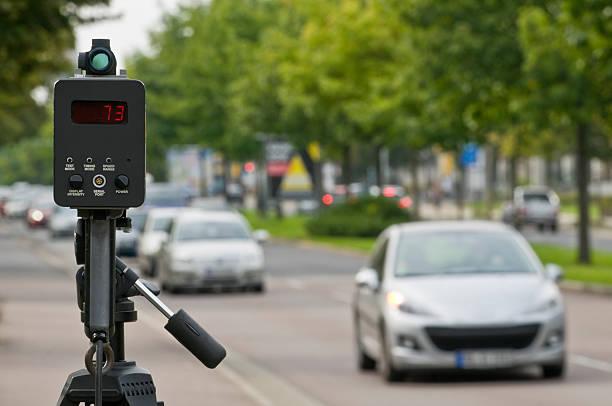 - kontrolle mit einem laser ally - geschwindigkeitskontrolle stock-fotos und bilder