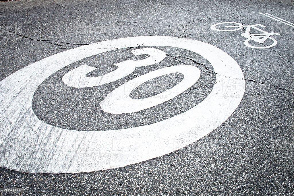 Señal de límite de velocidad en una zona de 30 - Foto de stock de 2015 libre de derechos