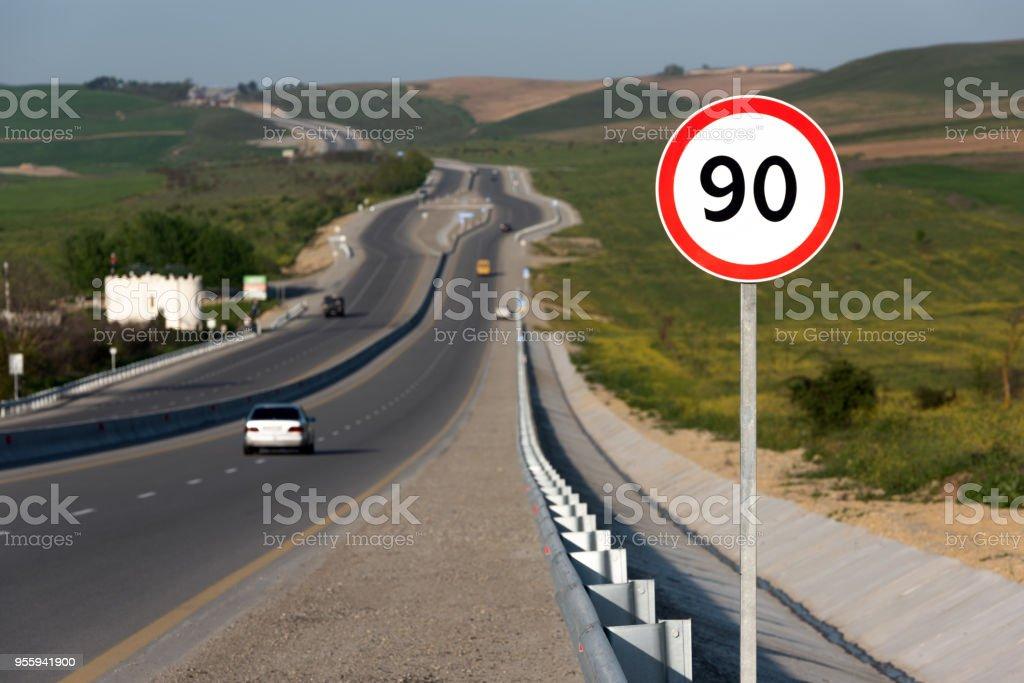 Límite de velocidad 90, señal de tráfico en carretera foto de stock libre de derechos