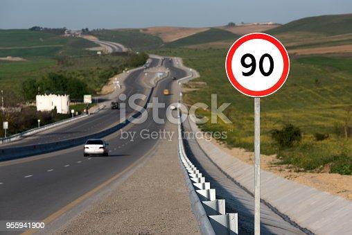 Fotografía de Límite De Velocidad 90 Señal De Tráfico En Carretera y más banco de imágenes de Actividad móvil general