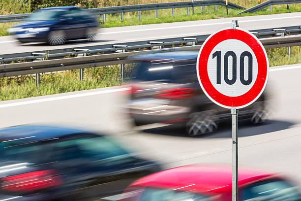 speed limit auf deutsche autobahn - nummer 100 stock-fotos und bilder
