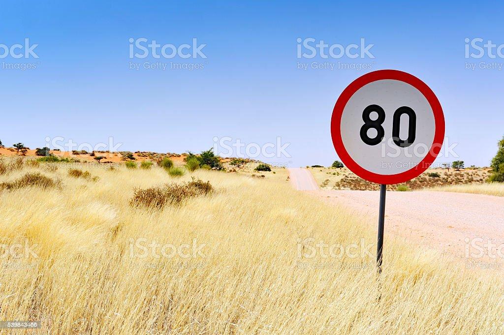 Limitation de vitesse sur le chemin de terre, en Namibie. - Photo