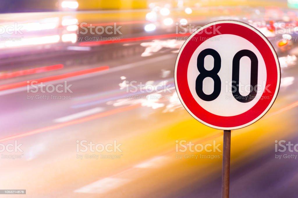 Panneau de limitation de vitesse. Gros plan. - Photo