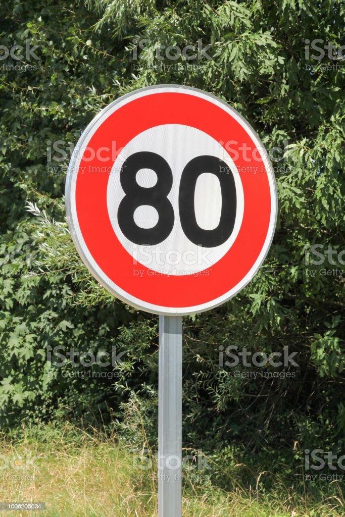 Panneau de signalisation de limitation de vitesse 80 sur la route en France - Photo
