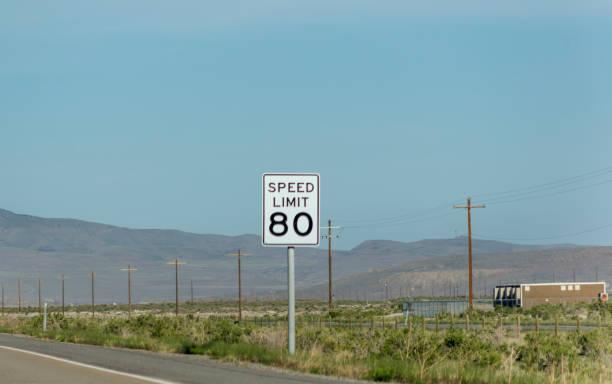 Utah ve Nevada ABD Amerika arasındaki karayolu üzerinde hız sınırı trafik işareti stok fotoğrafı