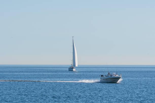 mit dem schnellboot überholen ein segelboot auf dem wasser der ostsee - angeln dänemark stock-fotos und bilder