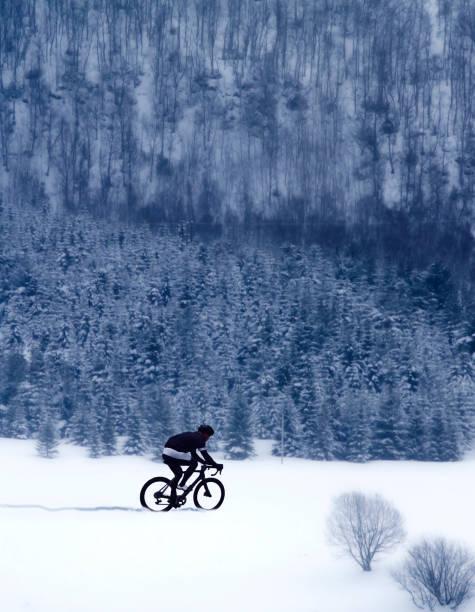 Radfahrer im Schnee – Foto