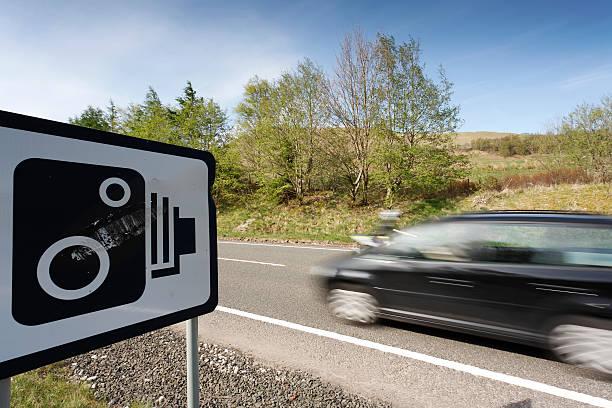 beschleunigung auto 2 - geschwindigkeitskontrolle stock-fotos und bilder