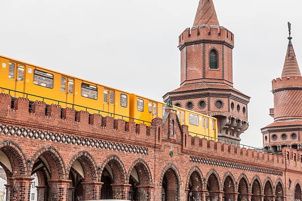 beschleunigung u-bahnzug - oberbaumbrücke stock-fotos und bilder