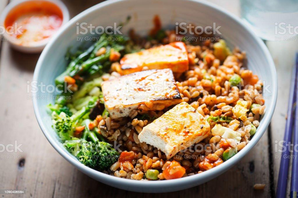 Spelt, broccoli, Savooikool met gegrilde tofu met sriracha - Royalty-free Avondmaaltijd Stockfoto