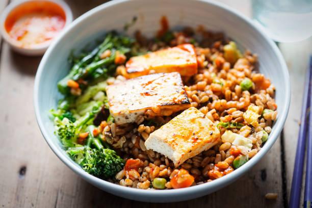 spelt, broccoli, savooikool met gegrilde tofu met sriracha - tofoe stockfoto's en -beelden