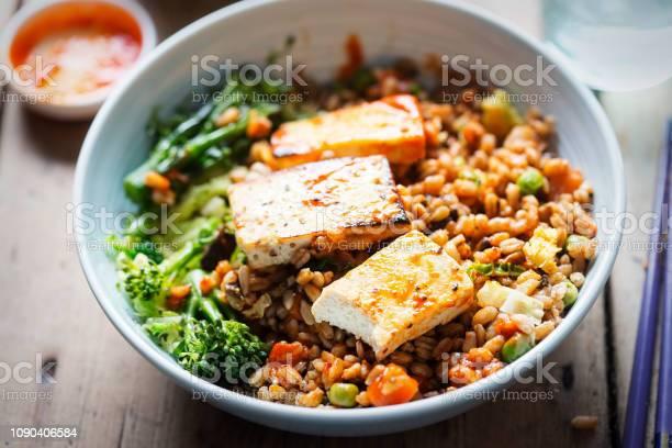 Spelt Broccoli Savooikool Met Gegrilde Tofu Met Sriracha Stockfoto en meer beelden van Avondmaaltijd