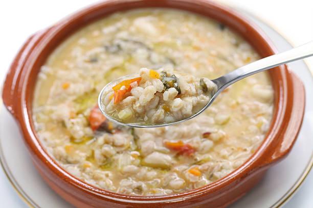 spelt zuppa, zuppa di farro, cucina italiana - dieta macrobiotica foto e immagini stock