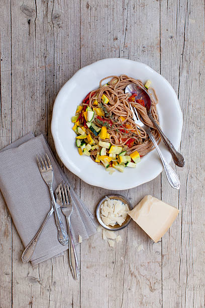 dinkelspaghetti mit gemüse - essensrezepte stock-fotos und bilder