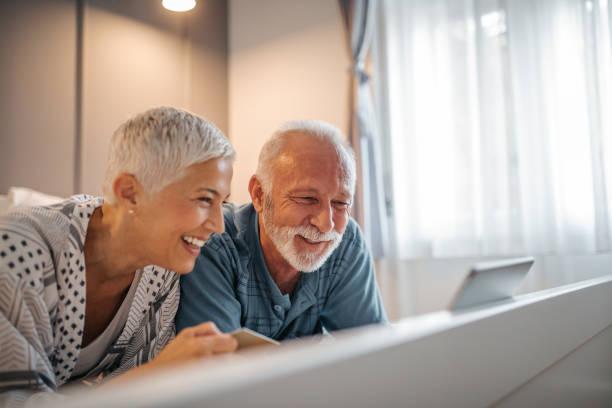 geld ausgeben online - seniorenwohnungen stock-fotos und bilder