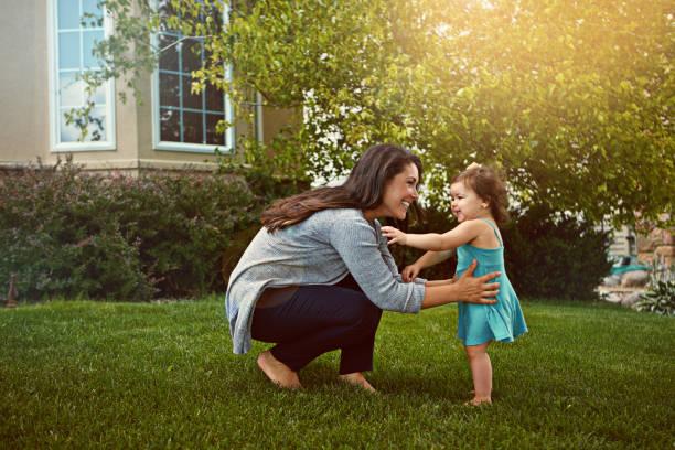spending the day with her little joy - mãe criança brincar relva efeito de refração de luz imagens e fotografias de stock