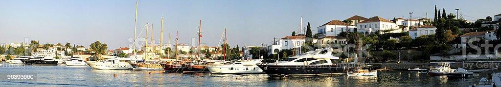 スペツェス島オールドハーバーパノラマビュー - カラー画像のロイヤリティフリーストックフォト
