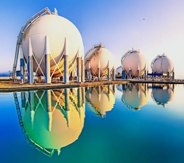 정유 공장의 물에 대한 구가스 탱크 및 반사 - 석유 화학 공장 뉴스 사진 이미지