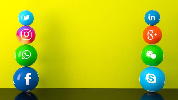 黃色桌子上的大理石社交媒體服務圖示的球狀形狀 - twitter 個照片及圖片檔