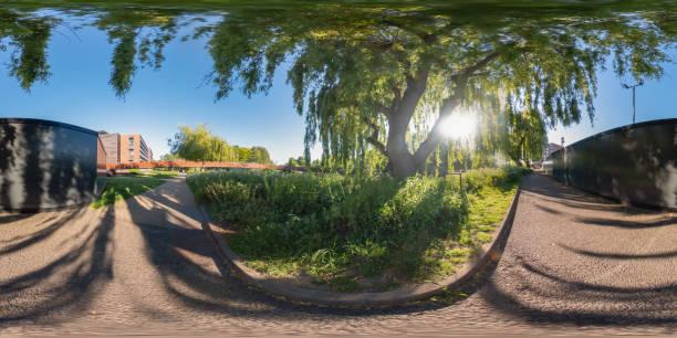 panorama esférico de 360 - el sendero público a lo largo del río wensum en la ciudad de norwich, norfolk - 360 fotografías e imágenes de stock