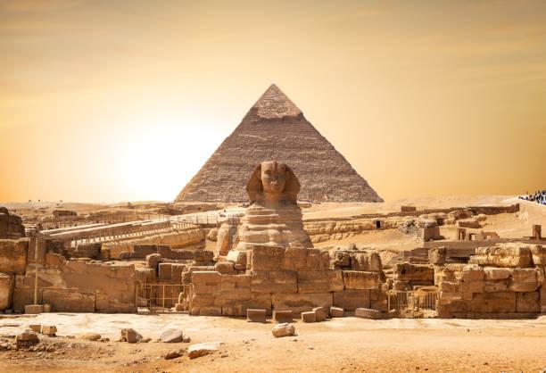 Sphinx und Pyramide – Foto