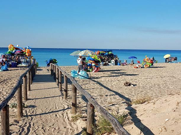 spiaggia a riva degli angeli - ambulante foto e immagini stock