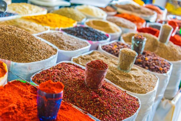 Gewürze und getrocknete Produkte, die auf dem Chorsu Bazaar in Taschkent verkauft werden – Foto