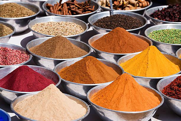 Spices para su venta en el mercado local - foto de stock