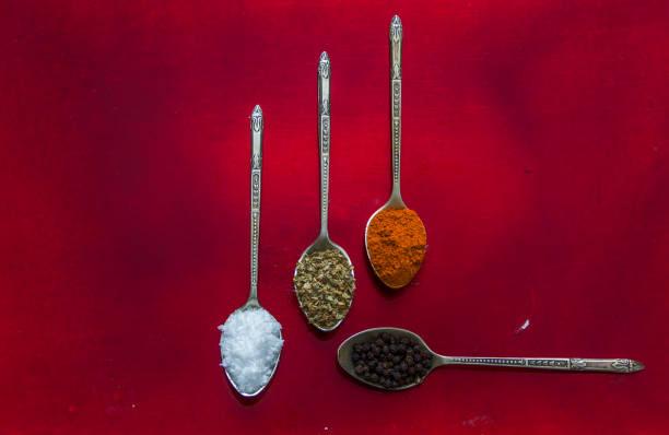 gewürze in verschiedene löffel - kochen mit oliver stock-fotos und bilder