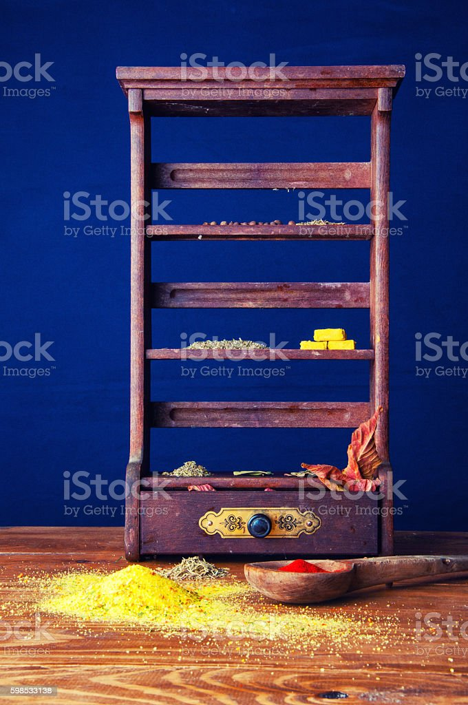 Spices lying on a small cabinet. photo libre de droits
