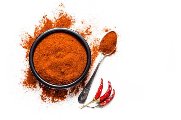 specerijen: red chili pepper powder shot van bovenaf op witte achtergrond - paprikapoeder stockfoto's en -beelden