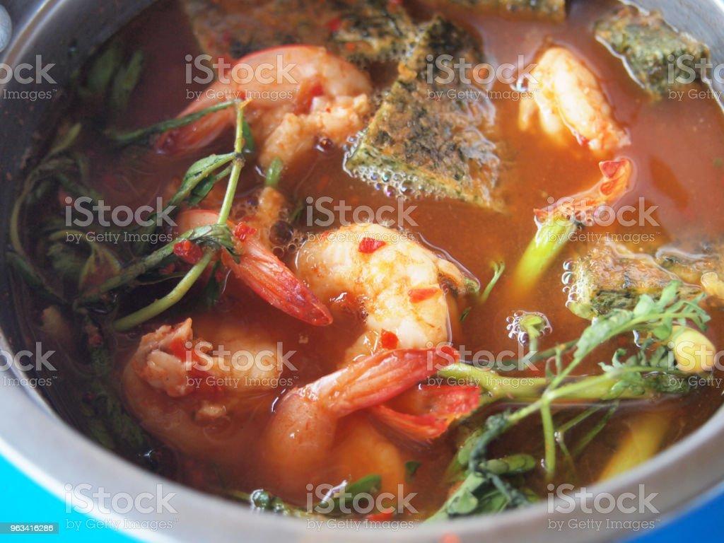 Kryddig och soppa Curry med räkor och grönsaker - Royaltyfri Bord Bildbanksbilder