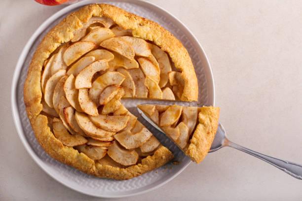 würziger apfelkuchen, in scheiben geschnitten - crostata stock-fotos und bilder