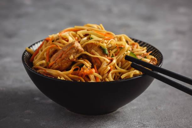 spicy asian noodles with chicken and vegetables. - macarrão imagens e fotografias de stock