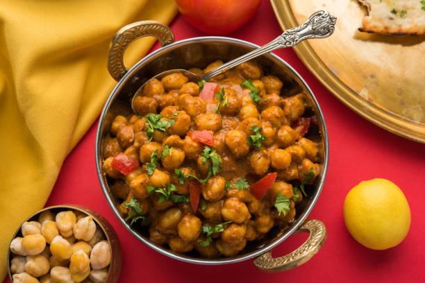 würzige Küken Erbsen Curry oder Chola Masala oder Chana Masala Chole Bhature oder Choley garniert mit in Scheiben geschnittene Zwiebel und grünen Koriander Blatt, selektiven Fokus – Foto