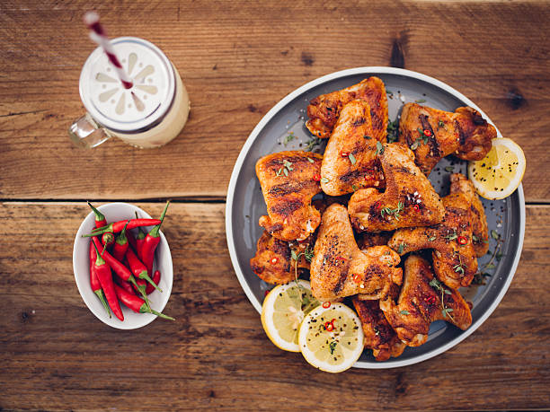 buffalo chicken-wings mit chilli und im sommer einen drink - gewürz für gegrilltes hähnchen stock-fotos und bilder