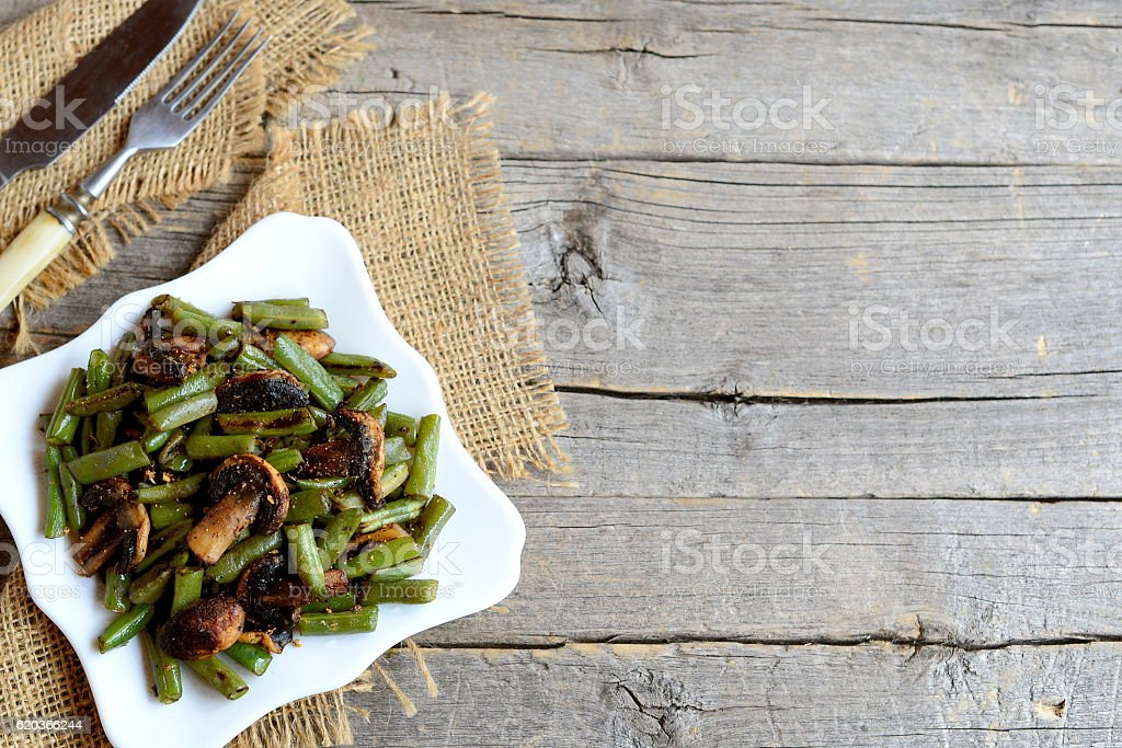 Spicy fried green beans with champignons foto de stock royalty-free