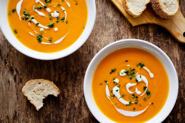 spicy homemade pumpkin soup - sopa imagens e fotografias de stock