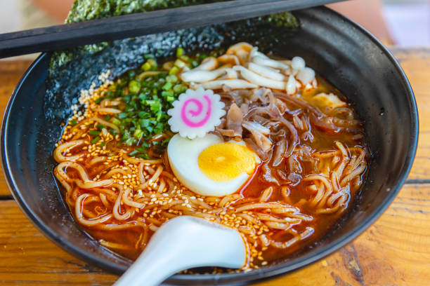 pittige japanse ramen noodle soep met ei, japanse voedselcultuur. - ramen noedels stockfoto's en -beelden