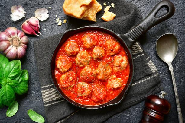 Würzige Frikadellen in Tomatensauce in einer gusseisernen Pfanne – Foto