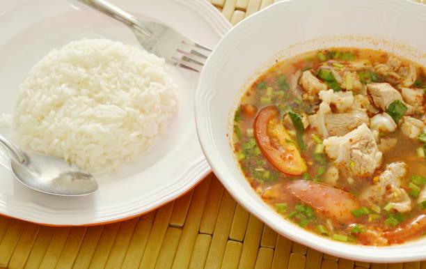 würziges schweinefleisch rippe tamarinde und thai kräuter-suppe mit reis - silberzwiebeln stock-fotos und bilder