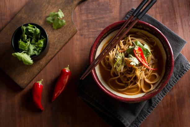 ramen épicé - cuisine asiatique photos et images de collection