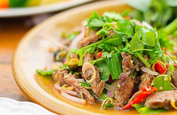 salada picante de carne assada, estilo tailandês comida - comida tailandesa - fotografias e filmes do acervo