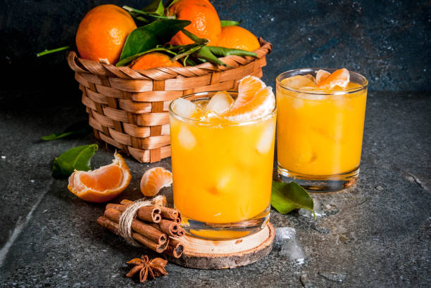 würzige winter mandarine cocktail - orangenlikör stock-fotos und bilder