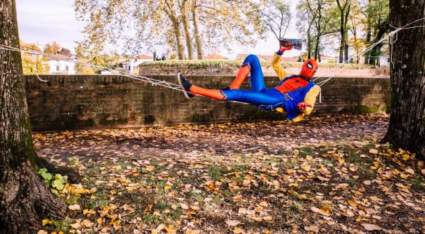 spiderman cosplay in karnevalstag - cartoon kostüme stock-fotos und bilder
