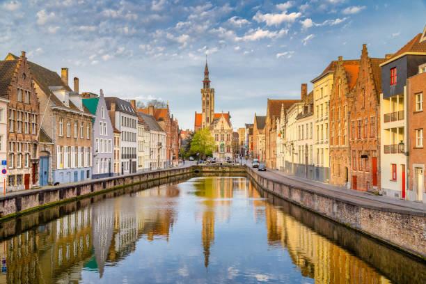 Spiegelrei Kanal bei Sonnenaufgang, Brügge, Flandern, Belgien – Foto