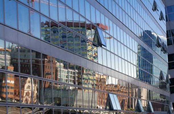 spiegelung der skyline vom hafenbecken im medienhafen, düsseldorf - schwimmbad nrw stock-fotos und bilder