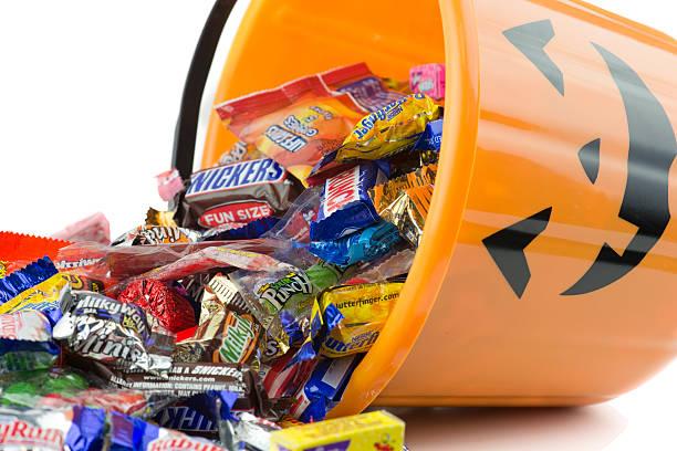 spilled kunststoff orange kürbis halloween-bucket - milky way stock-fotos und bilder