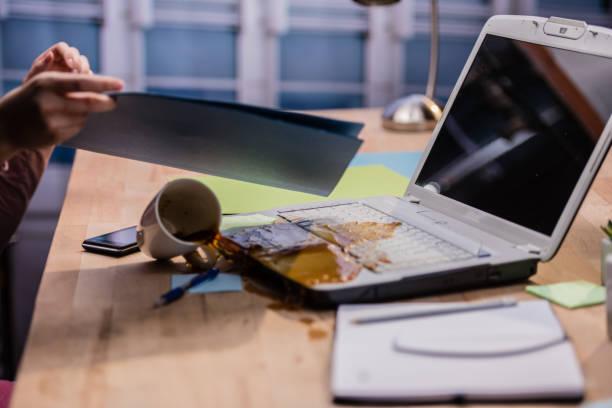 こぼすコーヒー - spilled ストックフォトと画像