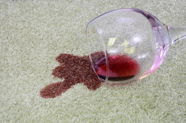 spilt rotwein auf teppich - weinflecken entfernen stock-fotos und bilder